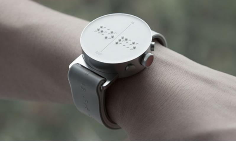 El primer reloj inteligente en Braille del mundo permite a las personas ciegas sentir mensajes en su pantalla