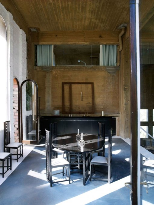 Este famoso arquitecto español convirtió una vieja fábrica de cemento en su hogar y el interior te fascinará