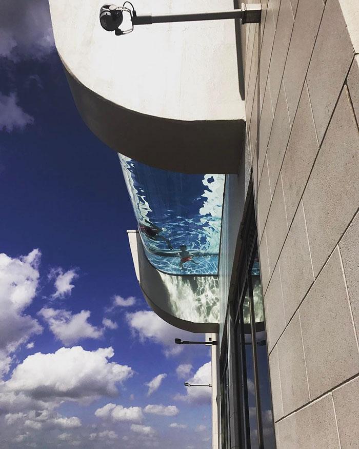 ¿Es esta la piscina más terrorífica que existe? Así es nadar a 152 metros sobre la calle