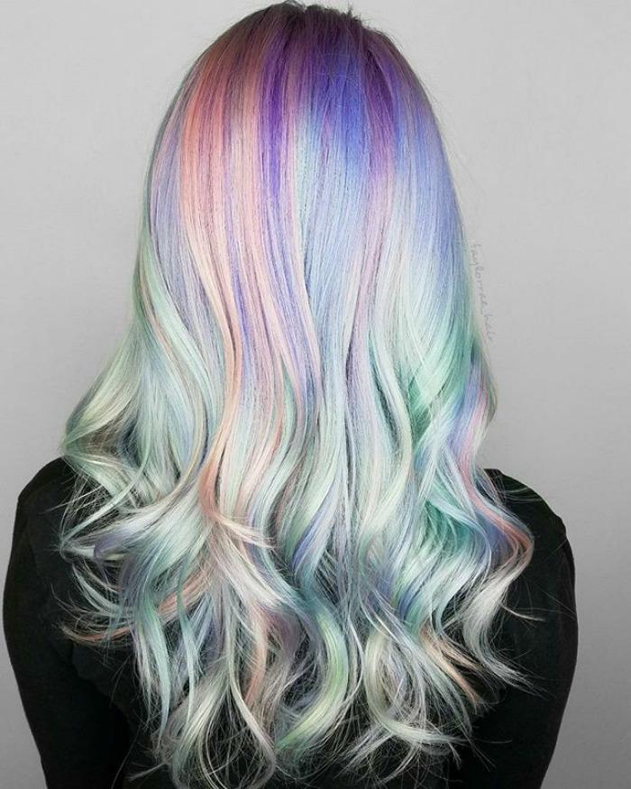 """Ha llegado el cabello """"holográfico"""", la más reciente tendencia en peluquería de 2017"""