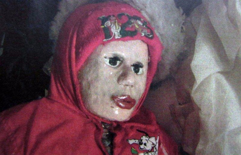 Encontraron 26 muñecas por toda la casa... cuando descubrieron la verdad, le quitaron su libertad
