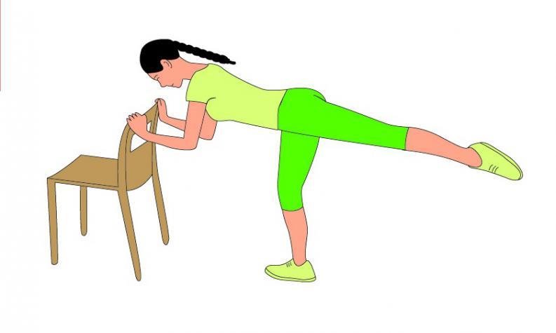 5 ejercicios con silla que te servirán para tener pompas de 10